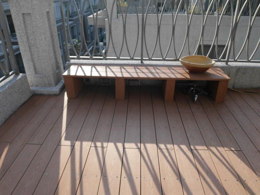 實心塑木做的戶外平台、椅子、收納管線箱 ,頂樓新的休閒空間。