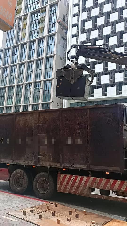 26噸夾子車載運廢鐵,廢五金