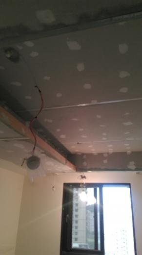 工期短,施工易,綠建材,耐燃,防蟲咬。 天花板-封6mmC酸鈣板後油漆補螺絲處