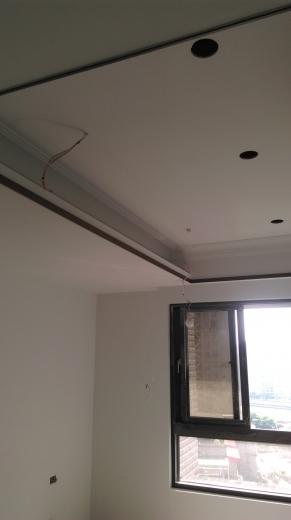 工期短,施工易,綠建材,耐燃,防蟲咬。 天花板完成面上面漆-藉由木作收邊修飾增加美感