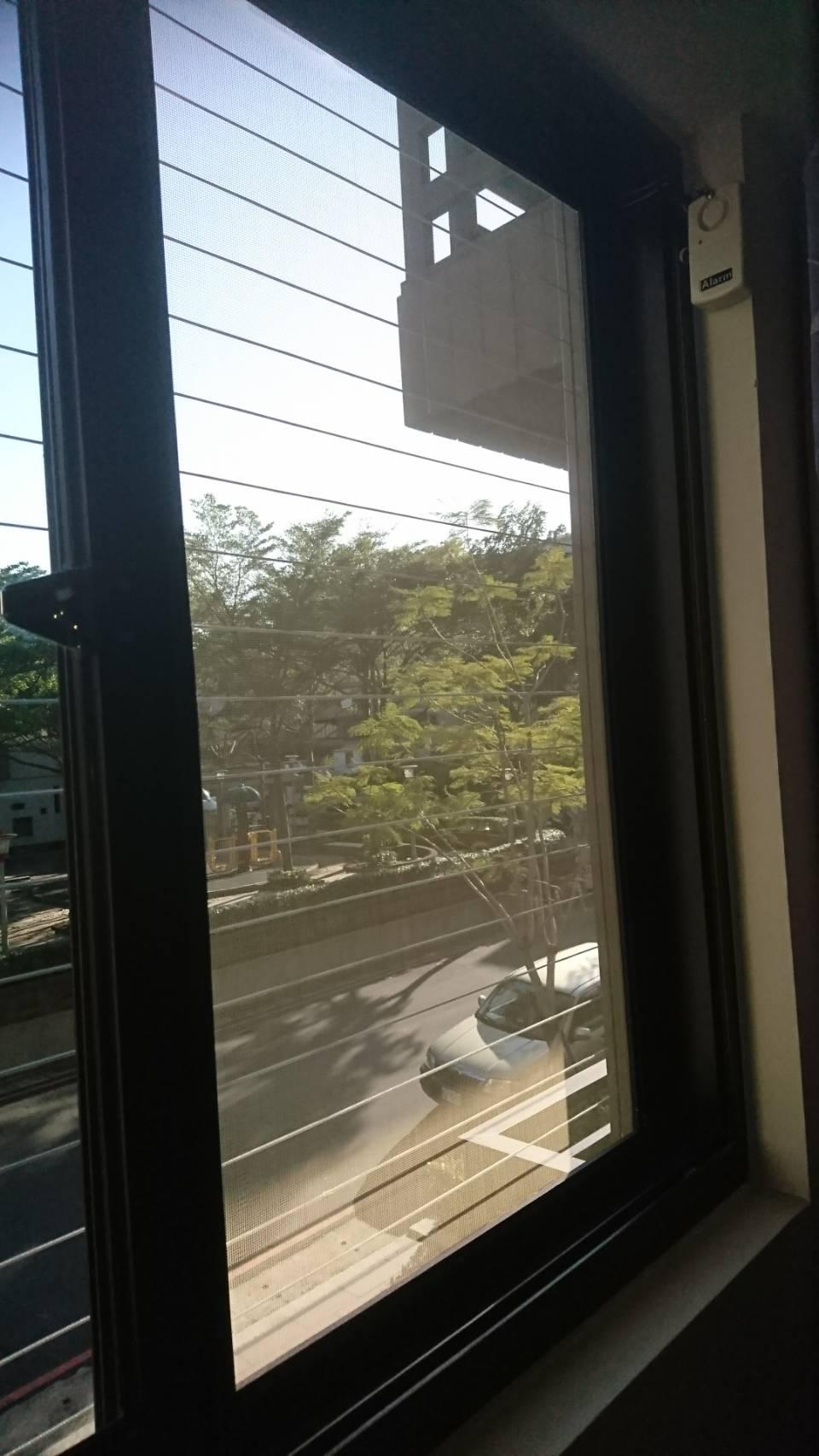 隱形鐵窗可以安裝警報器 同時擁有防墜跟防盜功能-大旭隱形鐵窗