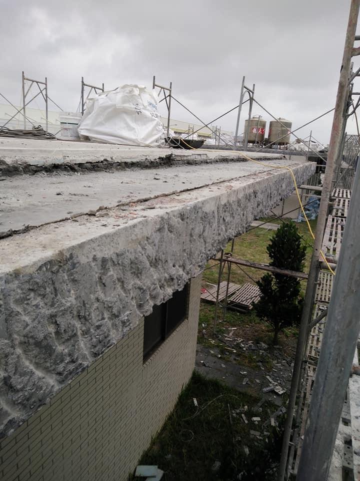 1061202彰化彰濱工業區樓頂隔熱磚打除工程