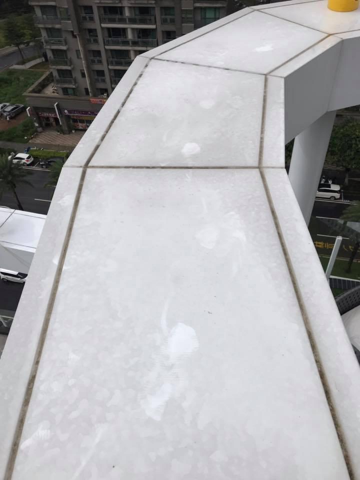 清洗頂樓造型鋁板